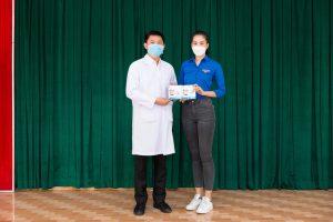 Hoa hậu Tiểu Vy đến tận Bệnh viện dã chiến trao tặng 500kg gạo, 1000 đồ bảo hộ chống dịch covid-19