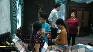 Mẹ ghẻ tập 7: Vợ lấy hết tiền theo trai, Phong chịu cảnh gà trống nuôi 3 con