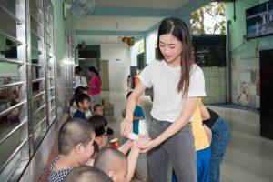 Top 3 Miss World Vietnam 2019 hướng dẫn cách rửa tay cho các cô nhi tại mái ấm