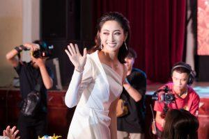 Lương Thùy Linh diện váy xẻ cao, khoe chân dài thẳng tắp khi đi làm giám khảo