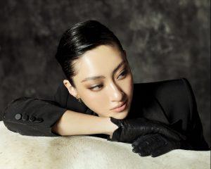 """Fan """"đổ ầm ầm"""" trước hình tượng girl boss trong bộ ảnh mừng sinh nhật của Lương Thuỳ Linh"""