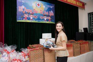 Ngất lịm trước nụ cười ngọt ngào của Á hậu Tường San khi phát quà trung thu cho trẻ em khó khăn