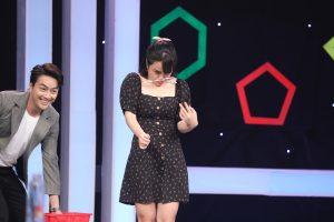 Thái Trinh & Titi thi kẹp bút chì với 2 tài năng nhí