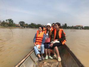 Đỗ Mỹ Linh ngồi xuồng cứu trợ, đi vào vùng nước lũ trao quà tận tay người dân