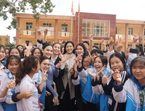 """TOP 3 Hoa Hậu Việt Nam 2020 được fan nhí """"quây"""" quanh trong chuyến đi từ thiện tại Thanh Hoá"""