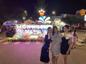 Team qua đường bắt gặp dàn hậu Tiểu Vy, Kiều Loan, Phương Anh dạo chợ đêm