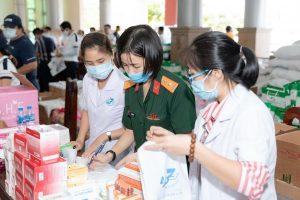 Y bác sĩ bệnh viện Quân Y 175 phối hợp cùng CLB Suối mát từ tâm tổ chức khám bệnh miễn phí cho công nhân khu công nghiệp Long An