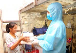 3 hoa hậu Mỹ Linh, Thuỳ Linh, Đỗ Hà mặc đồ bảo hộ phát cơm cho người nghèo trong đêm