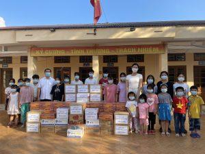 Lương Thùy Linh trao tặng đồ ăn, sách vở, bút,…cho Trung tâm Bảo trợ Xã hội tỉnh Cao Bằng