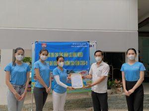 Bà trùm hoa hậu cùng Hoa hậu Tiểu Vy, Á hậu Phương Anh tặng 50 tấn gạo cho công nhân nghèo