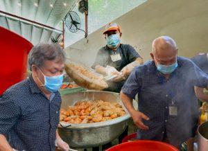 """Người đàn ông ngày nấu cơm thiện nguyện, tối phải chữa bệnh đều đặn """"thổi lửa"""" cho 43.000 suất ăn thiện nguyện"""