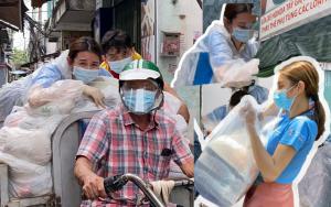 Miss Grand Việt Nam 2021 ngã mình trên xe ba gác, quần áo bảo hộ rách bươm nhưng vẫn không quên bảo vệ đống quà từ thiện